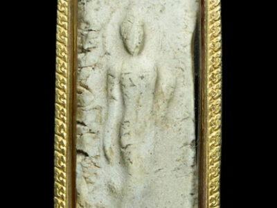 ประวัติพระผงกระดูกผี พ่อท่านฮก โบราณมักกล่าวว่า วัตถุมงคลที่มีส่วนผสมของเถ้าถ่านของคนที่ตายวันเสาร์ เผาวันอังคาร พระเกจิอาจารย์นิยมนำมาสร้าง
